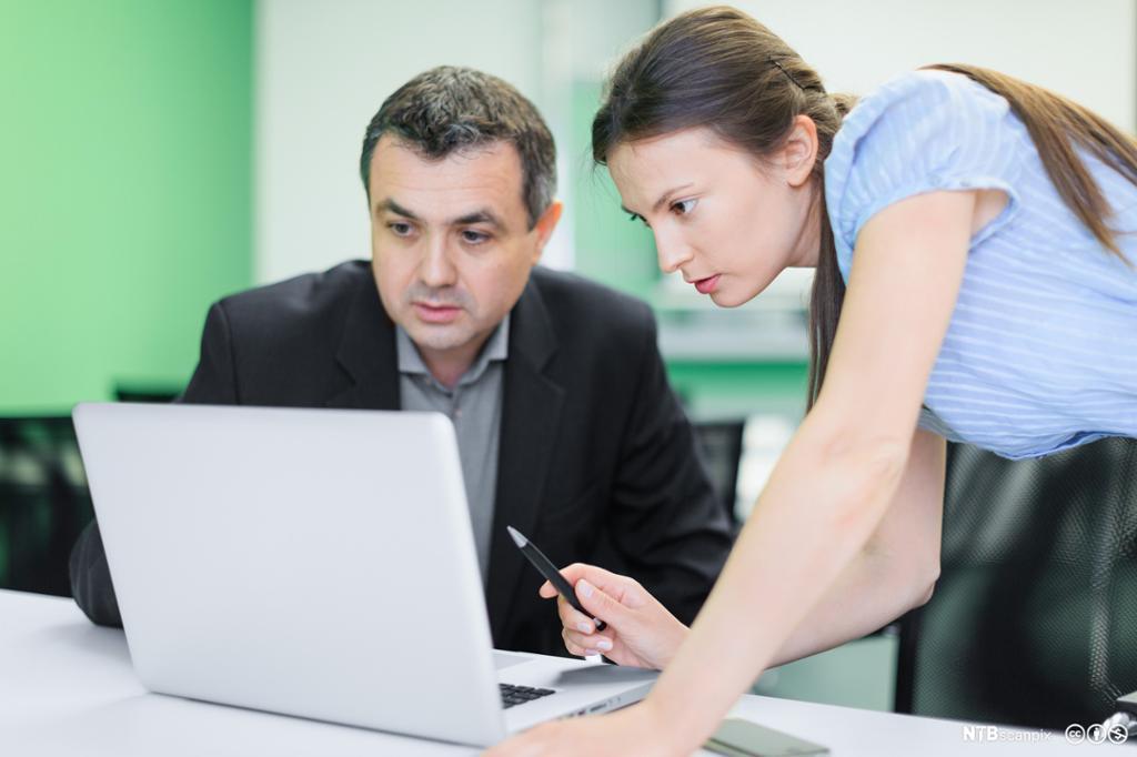 Forretningskolegaler konsentrerer seg om arbeid på kontoret. Foto.