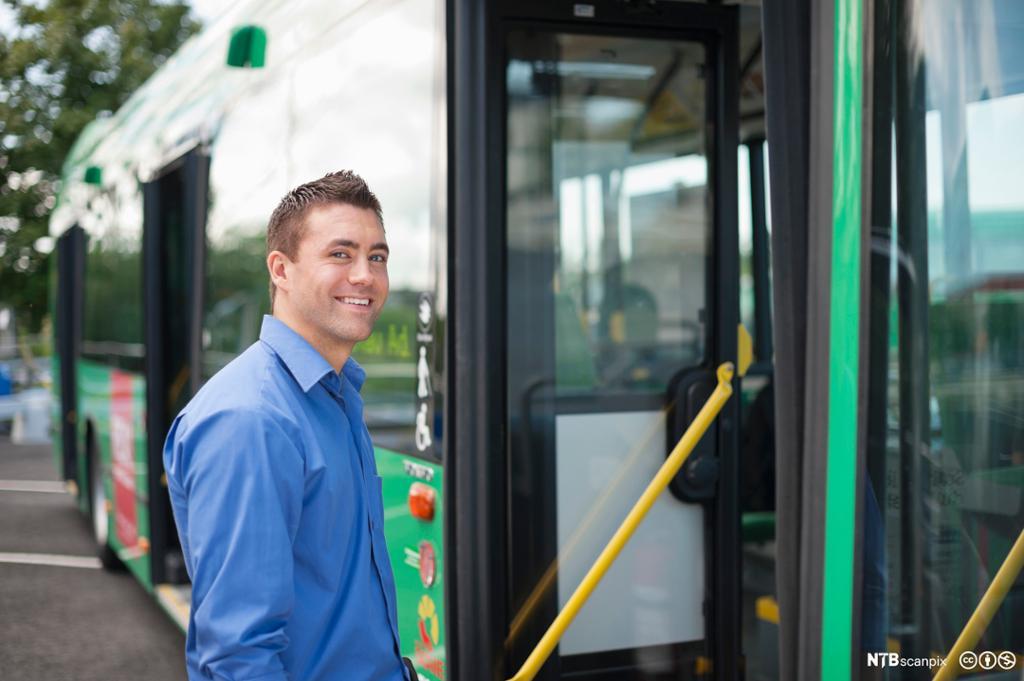Fornøyde passasjerer i buss. Bilde.