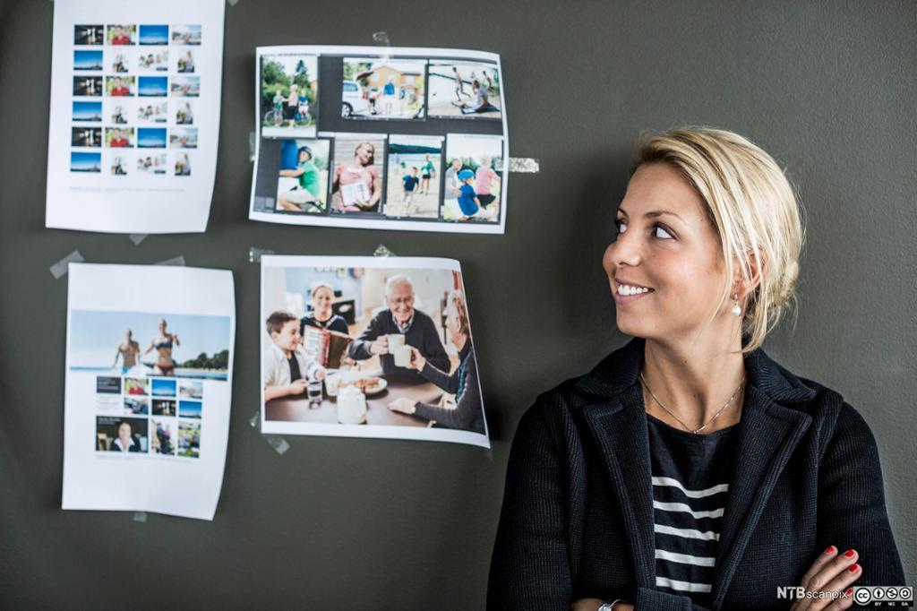 Kvinne ser på bilder. Foto.