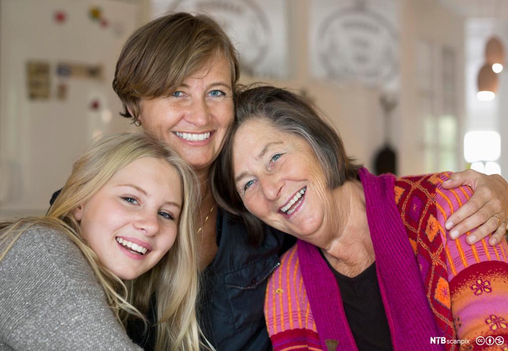 Et fotografi av tre generasjoner kvinner