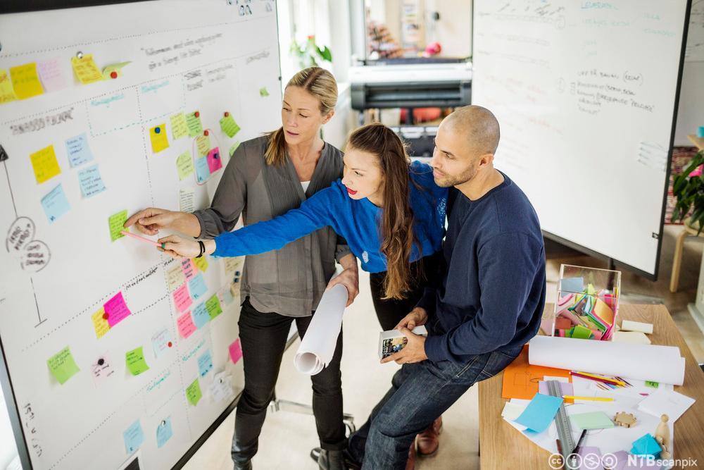 Forretningsfolk diskuterer ideer på et kontor. Foto.