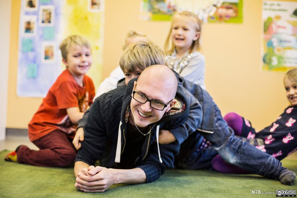 Førskolelærer med barn på tur. Foto.