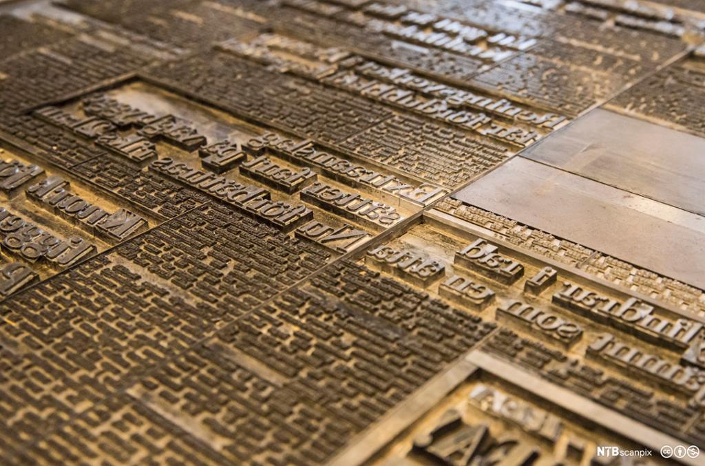 Nærbilde av blytype-bokstaver på trykkeri. Foto.