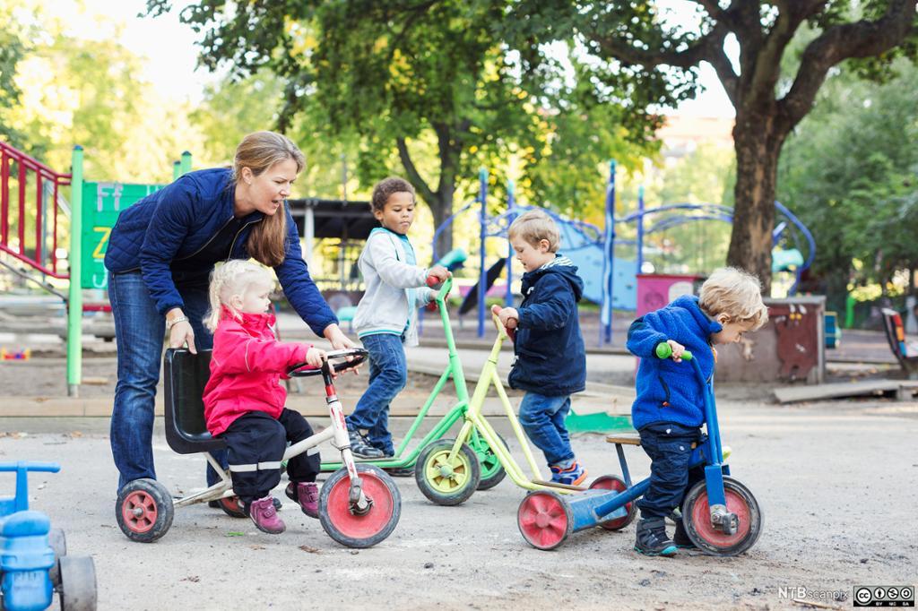 Barn med ulik nasjonalitet leker i barnehagen. Foto.