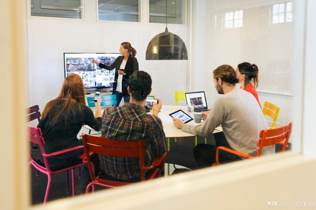 Forretningskvinne holde en presentasjon for kollegaer. Foto.