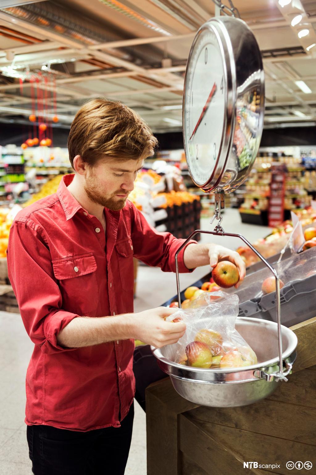 Ung mann veier epler. Foto.