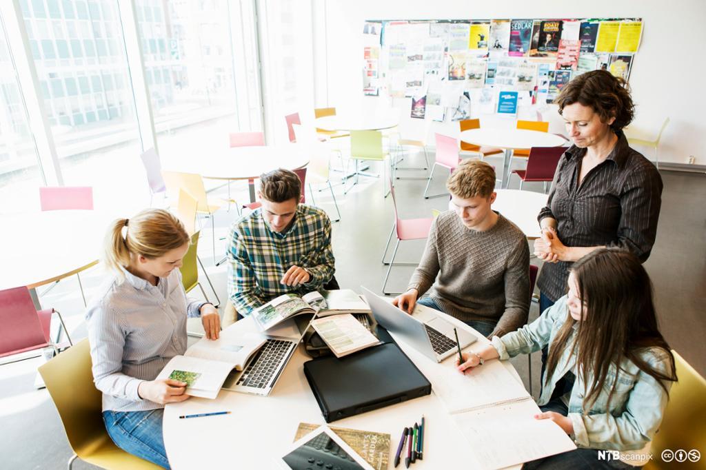 Lærer og elever i klasserom. Foto
