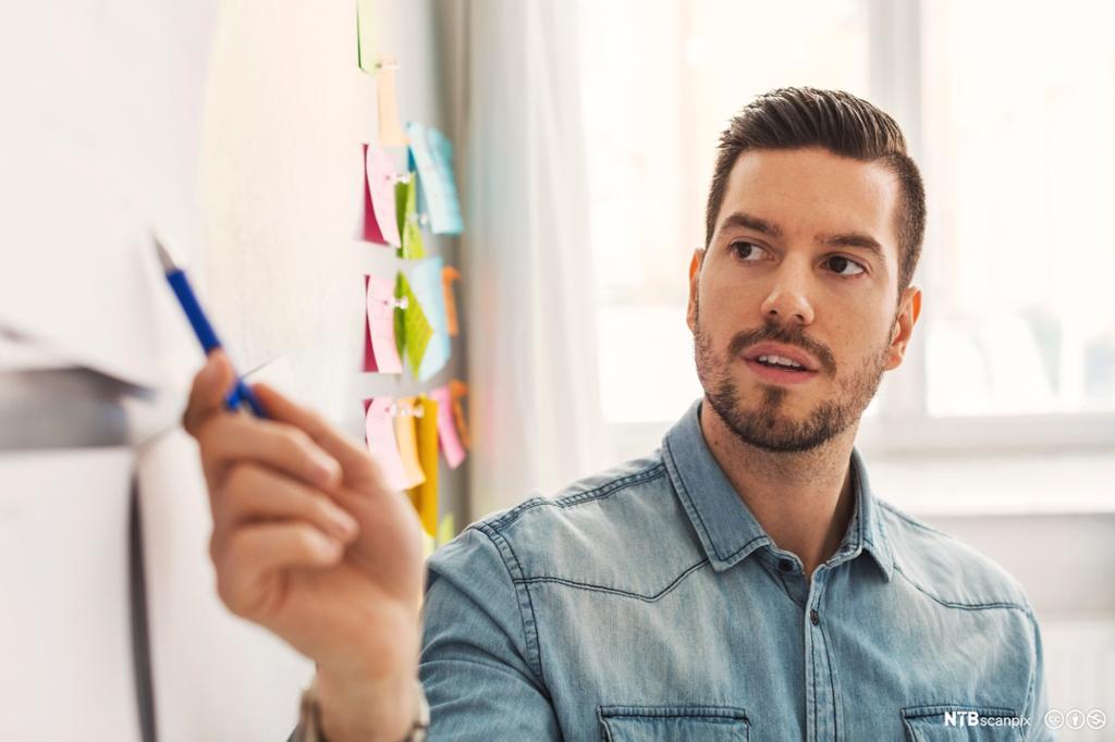 Forretningsmann holder presentasjon på kontor. Foto.