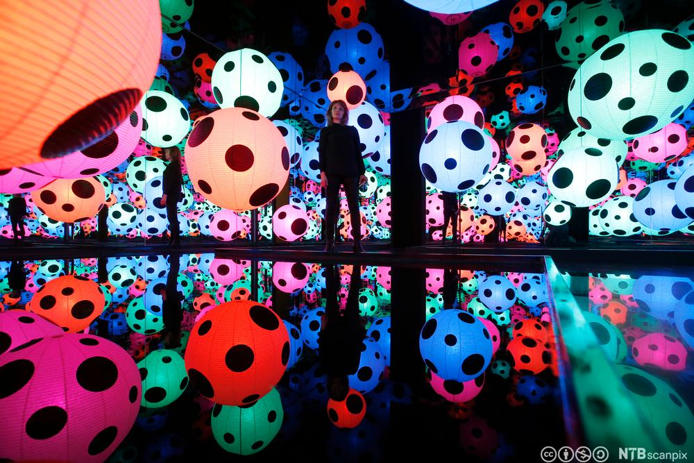 Infinity Mirrored Room-Hymn of Life er et fargerikt kunstverk laget av Yayoi Kusama. Fotografi
