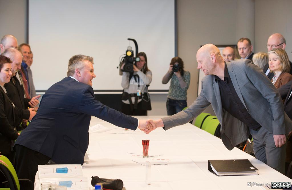 Jørn Eggum fra Fellesforbundet og Stein Lier-Hansen fra Norsk Industri hilser på hverandre ved starten av lønnsforhandlingene i 2016. Foto.