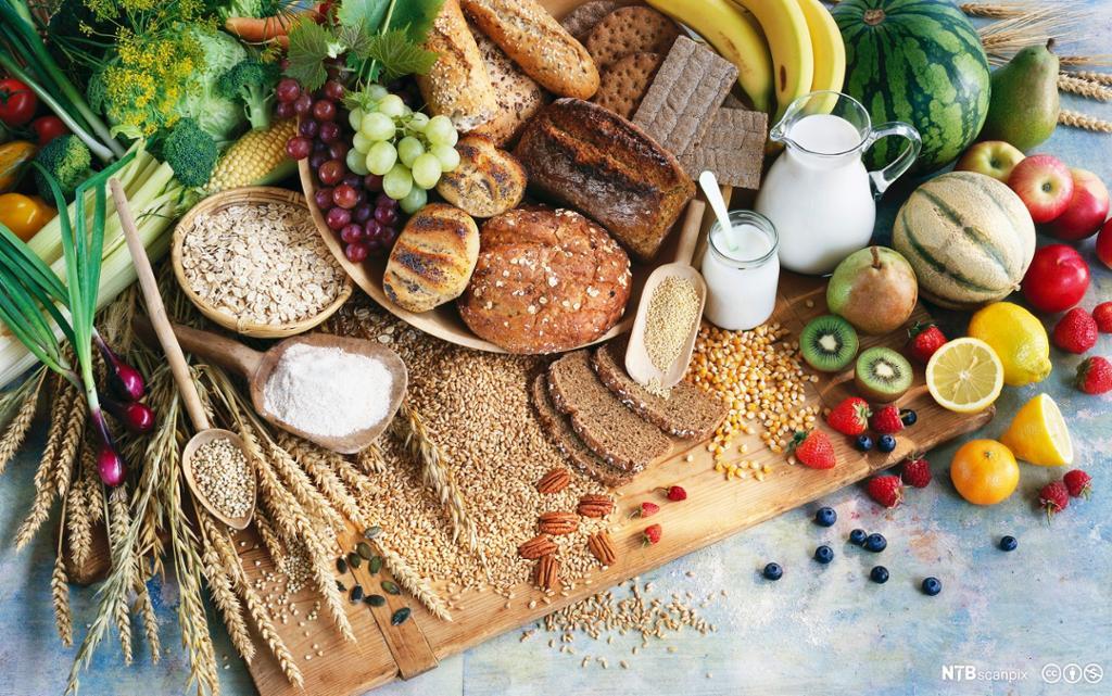 Frukt, grønnsaker og kornprodukter lagt utover. Foto.
