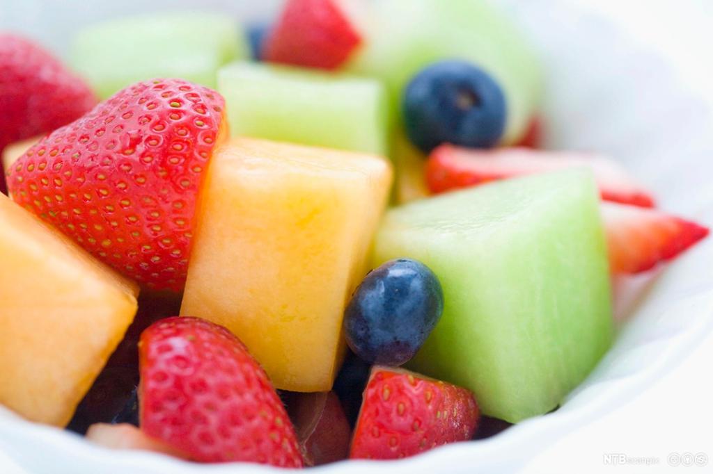 Biter av ulike typer frukt og bær. foto.