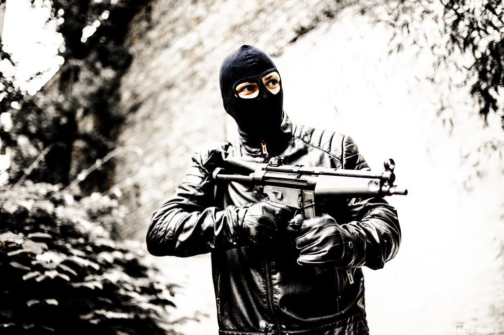 Mann med maskingevær. Foto.