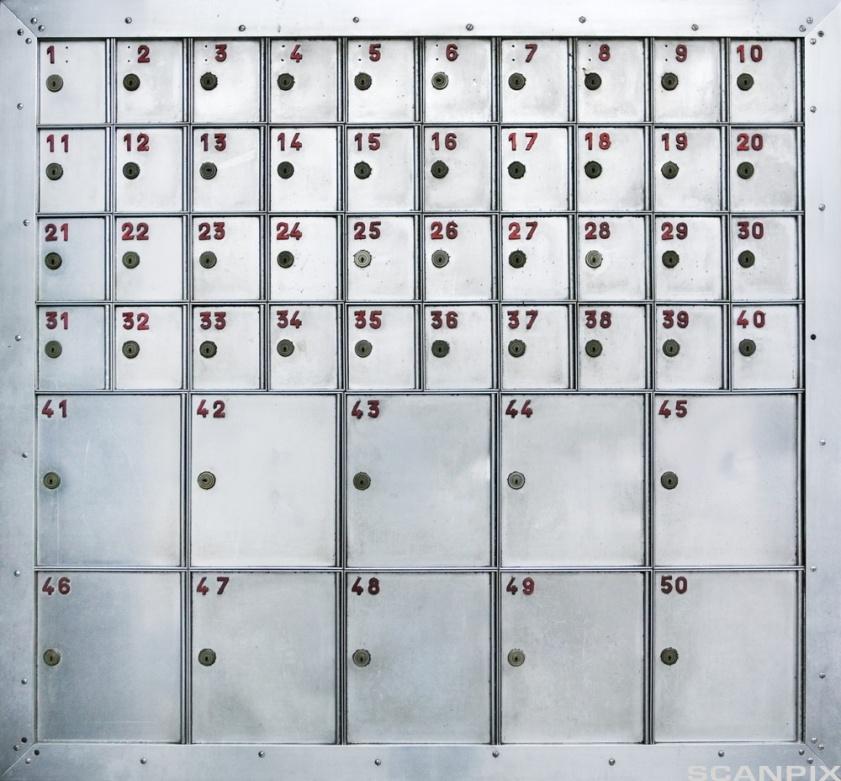 Nøkkelskap med nummererte skap. Bilde.