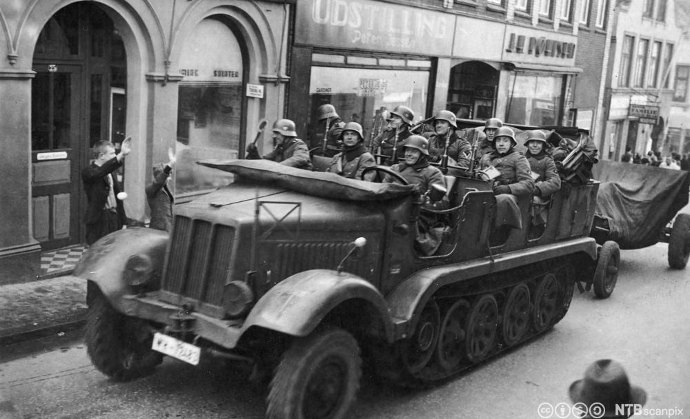 Tyske soldater kjører inn i Aabenraa i Danmark, 9. april 1940. Foto.