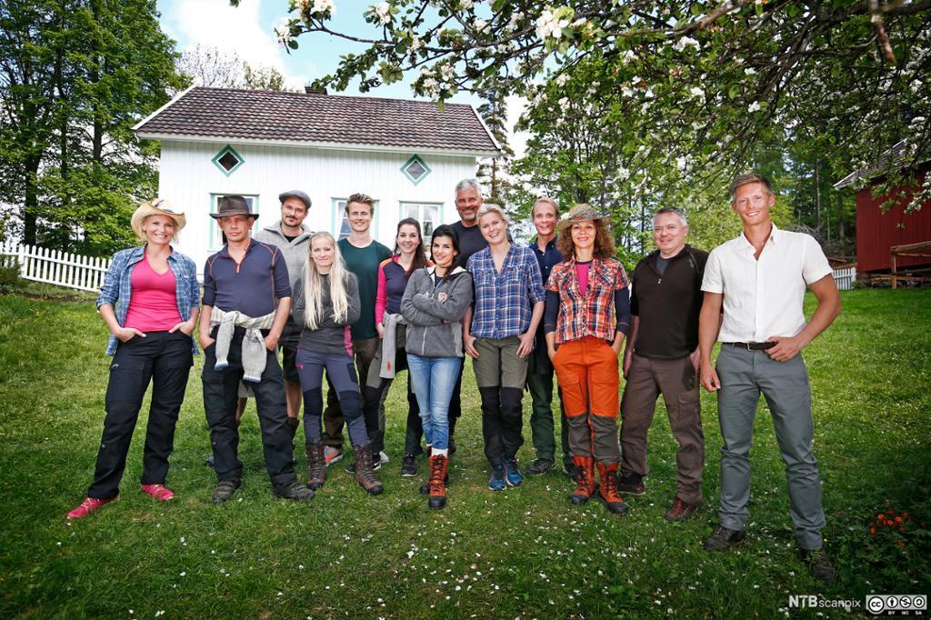 Deltakerne i Farmen Kjendis står oppstilt foran gården. Foto.
