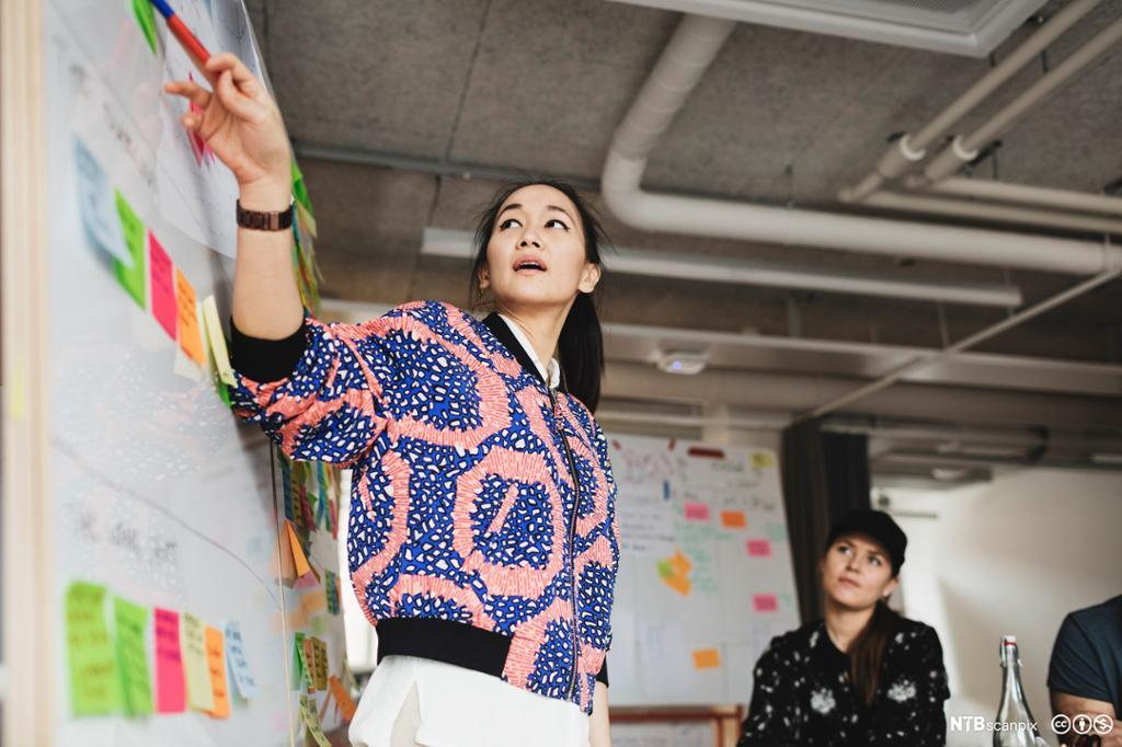 Kvinne holder kurs for kolleger. Bilde.