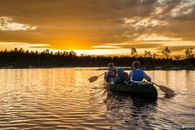 Ungdom på padletur i solnedgang. Foto.