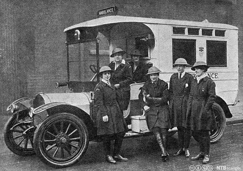 Kvinnelig ambulansepersonell foran en ambulanse i London under første verdenskrig, 1918. Foto.