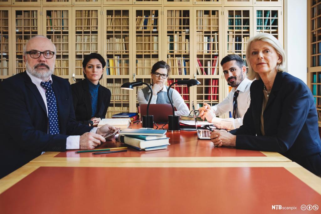 Alvorlige forretningsfolk ved konferansebordet. Foto.