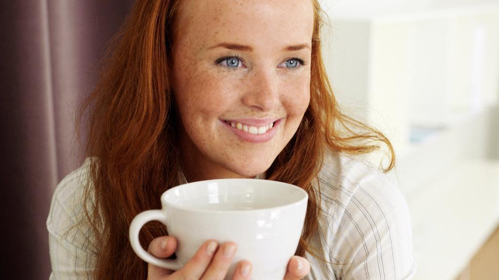Kvinne drikker te. Foto.