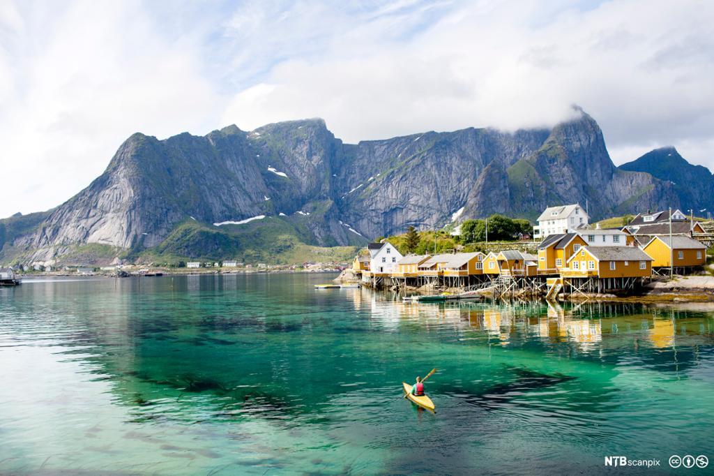 Kajakpadler ved en havn i Lofoten. Foto.