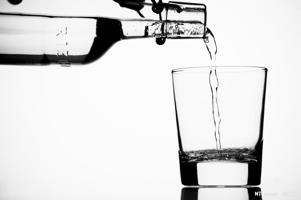 Flaske med mandalsvann. Foto.