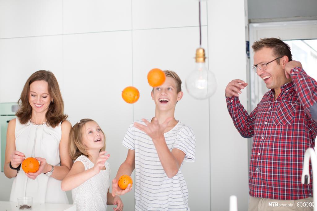 Familie lager juledekorasjoner. Foto.