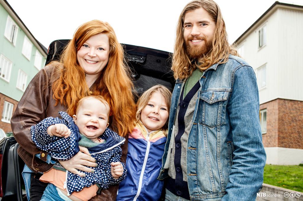 Portrett av familie med to barn. Foto.