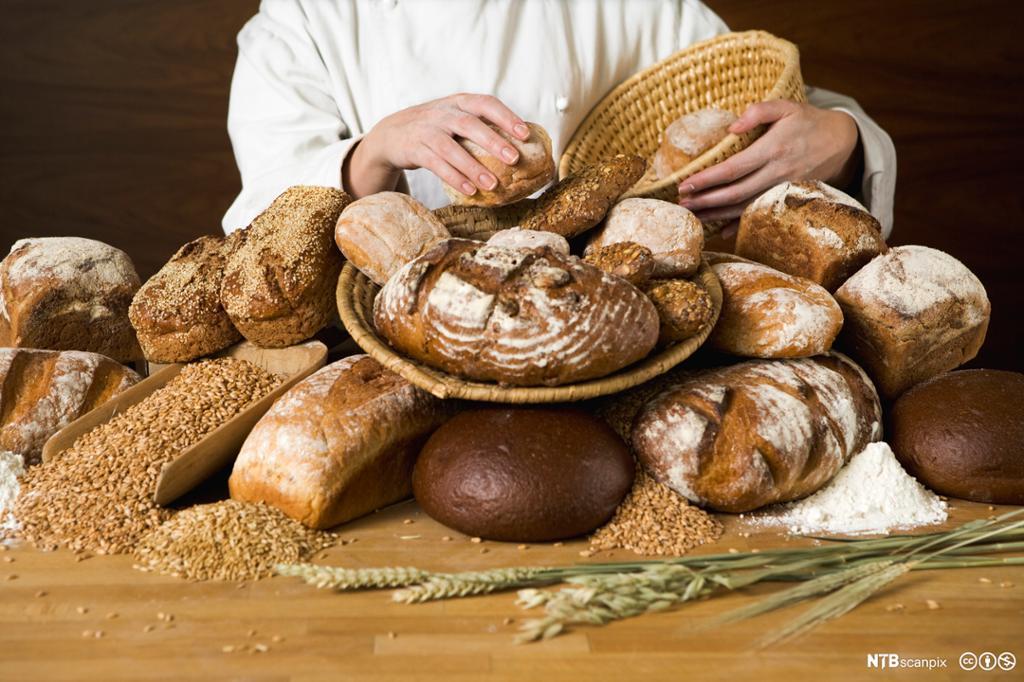 Baker med korn og bakevarer. Foto.