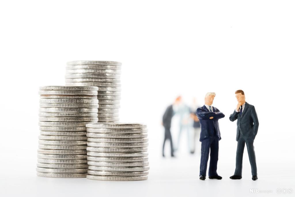 Bankansatt som viser prisliste i en bank. Foto.