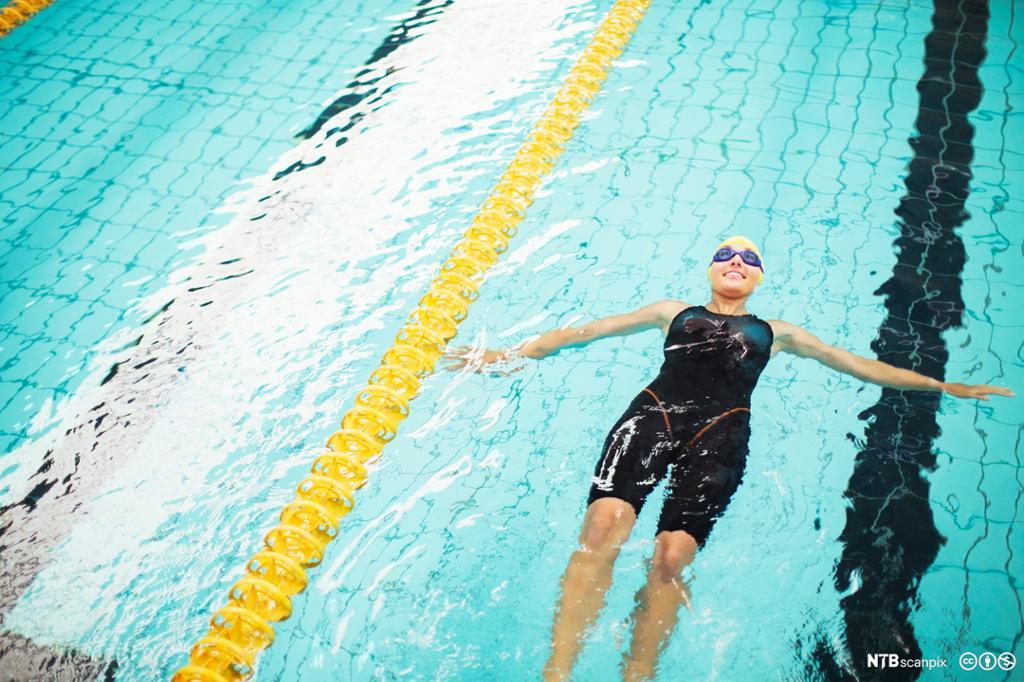 Svømmer flyter i  et svømmebasseng. Foto.