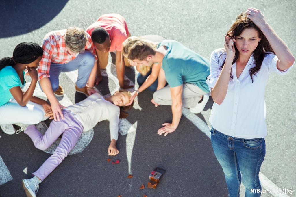 Ung kvinne ringer etter hjelp ved en ulykke. Foto.