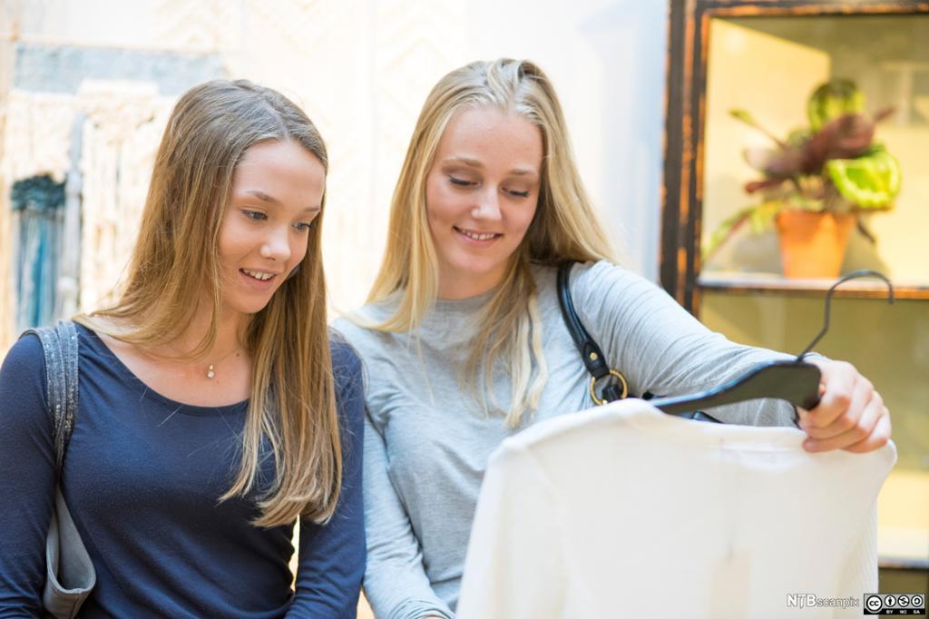 Jenter på shopping. Foto.