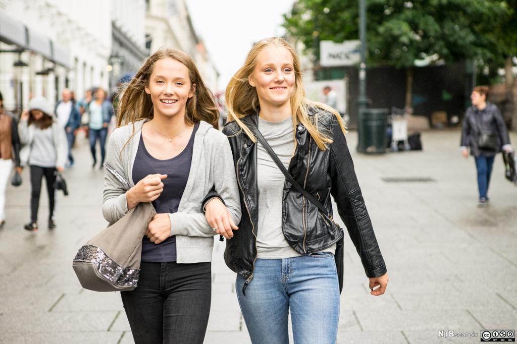 Bilde av en kvinne som bærer handleposer i Oslo.