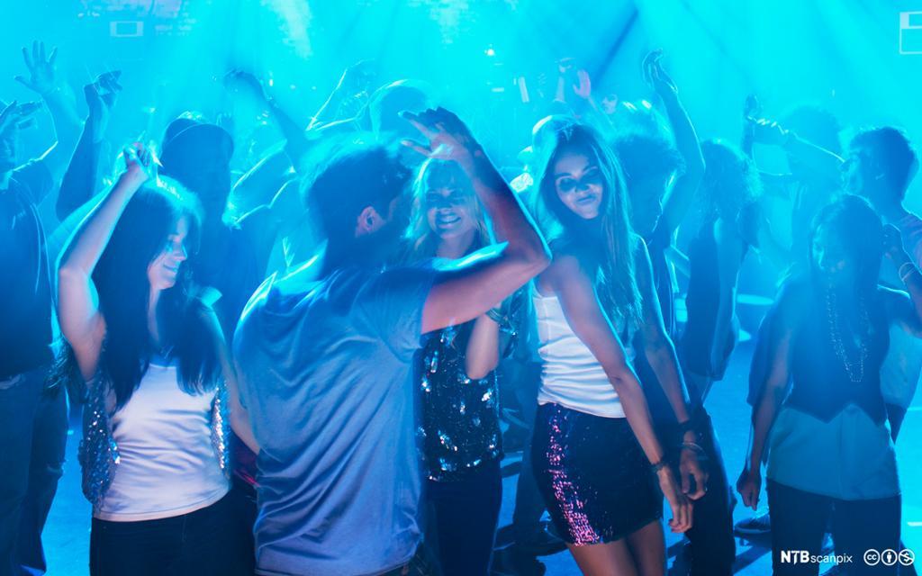 Ungdommer danser i en nattklubb. Foto.
