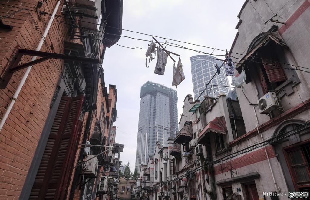 Klær henger til tørk mellom bygninger i Zhangyuan Gardens i Shanghai. Foto.