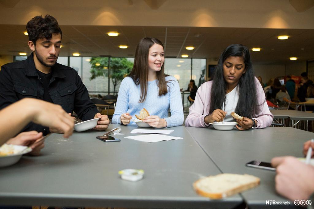 Jenter og gutter i en kantine på videregående skole. Foto.