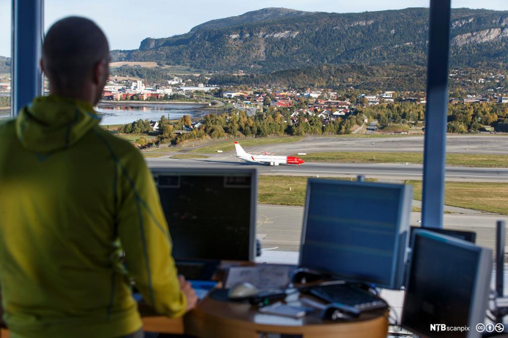 Flygeleder i flytårnet på Værnes. Foto.