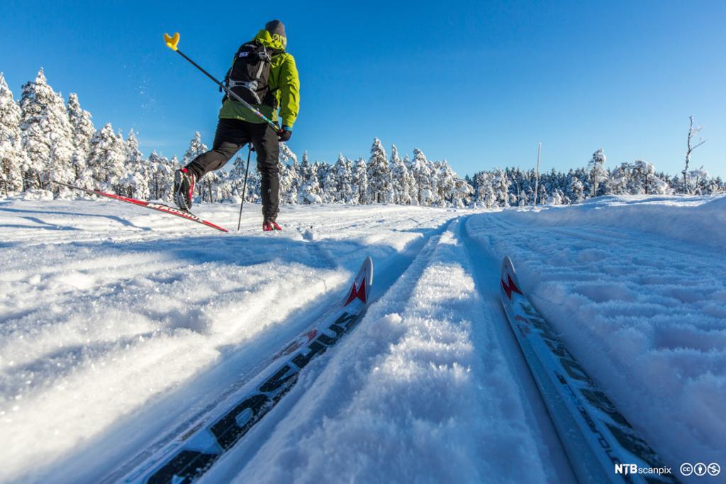 Skiløper på langrennski i fine skiskop. Foto.
