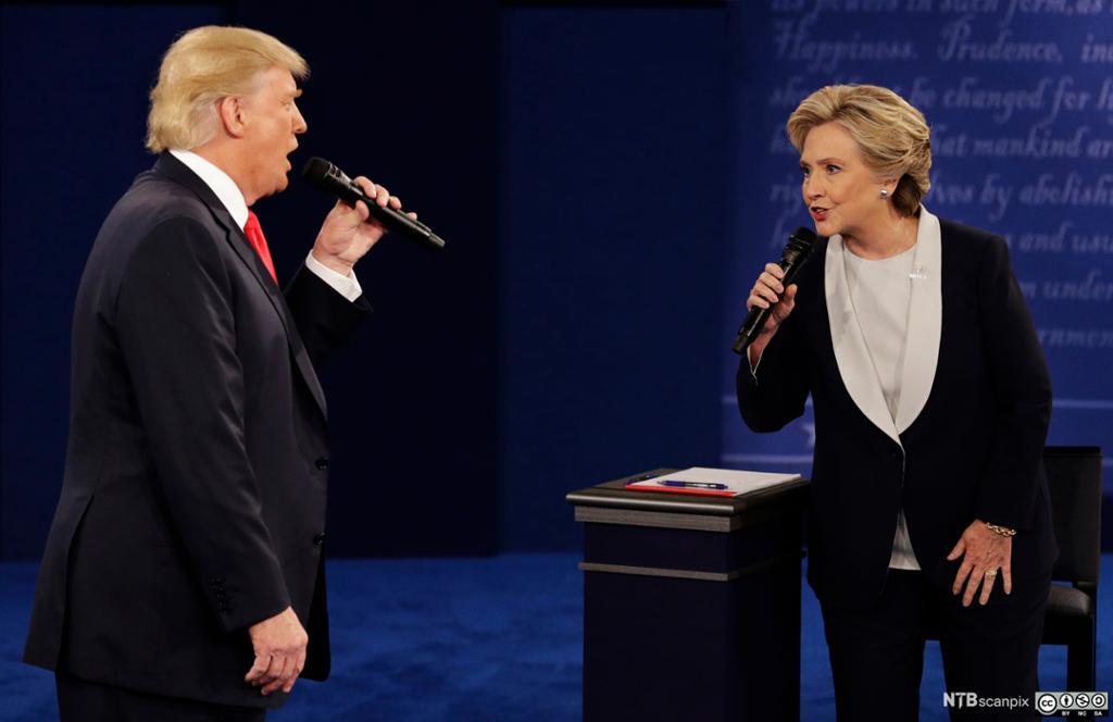 Donald Trump og Hillary Clinton debatterer mot hverandre. Foto.