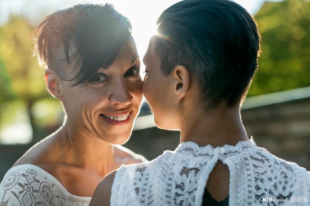 Et fotografi av to kvinner som har giftet seg.