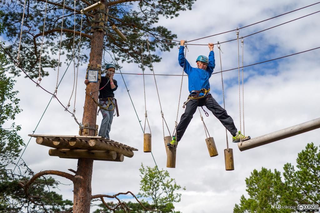 Ungdom som balanserer på tau i Galdhøpiggen Klatrepark. Foto.