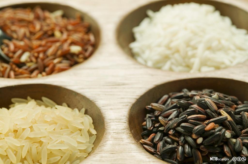 Forskjellige typer ris i skåler. Foto.
