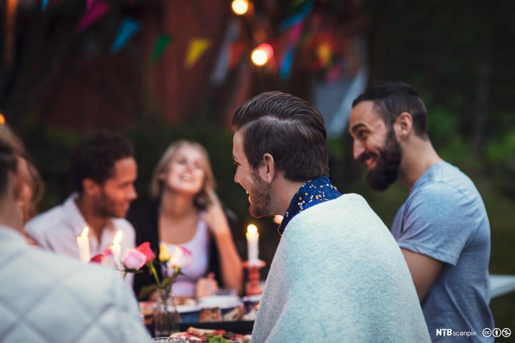 Unge voksne i godt humør på fest. Foto.
