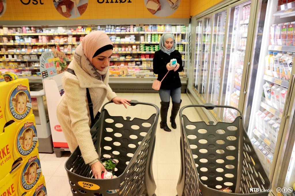 To kvinner med hijab handler på en matvarebutikk. Foto.