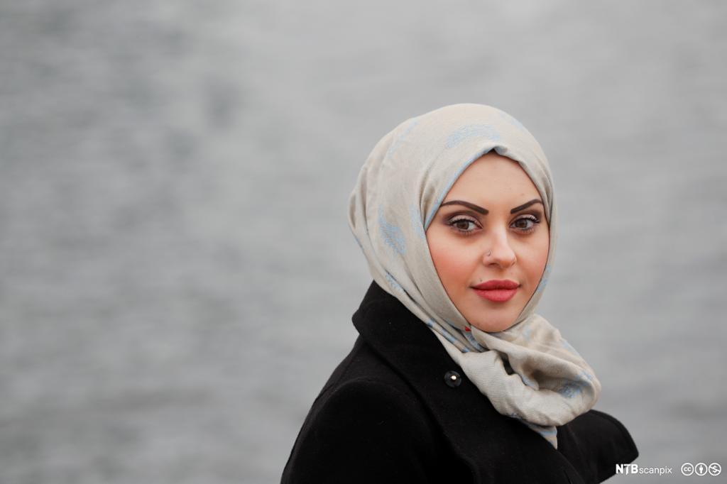 En kvinne med hijab. Foto.
