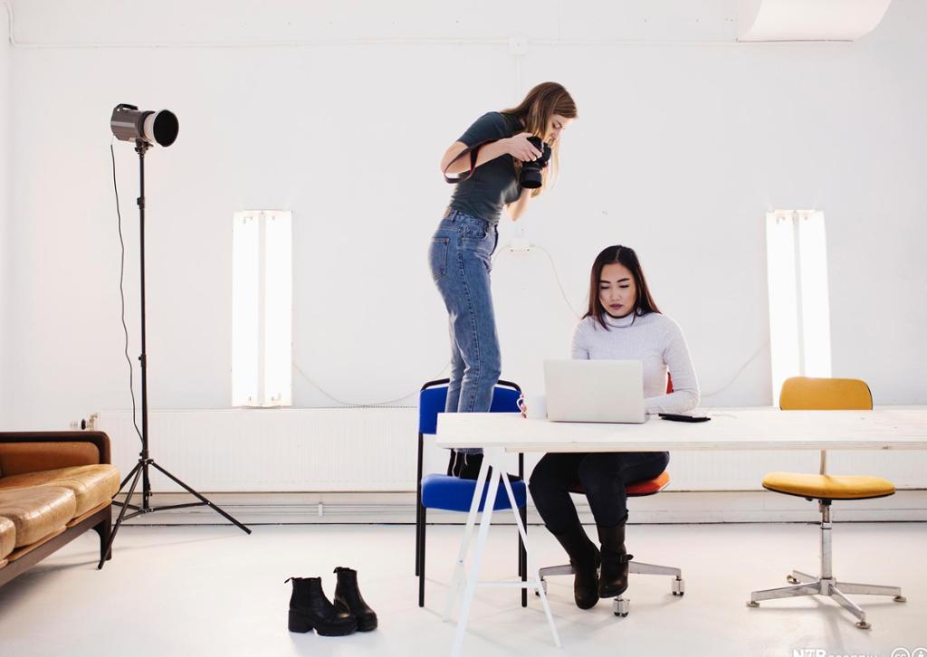 To designere fotograferer objekter i studio. Foto.