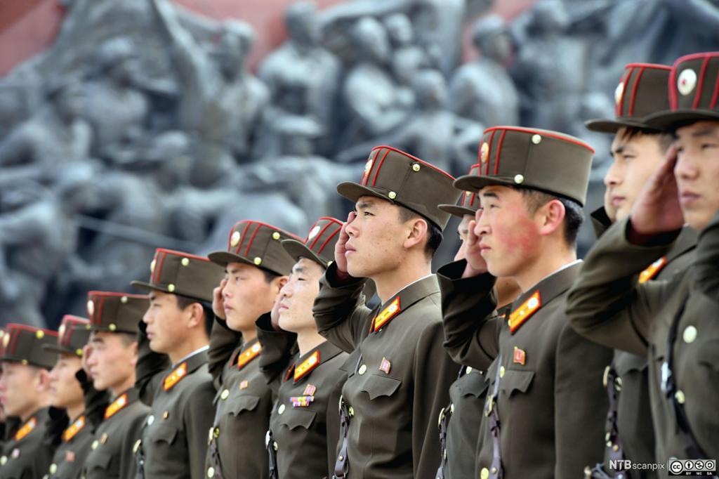 Nord-Koreanske soldater salutterer bronsestatuer av tidligere ledere i Pyongyang. Foto.