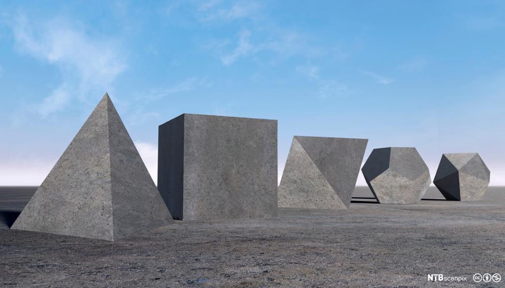 Fem ulike tredimensjonale geometriske figurer. Står i et øde landskap. Blå himmel. Datagrafikk.